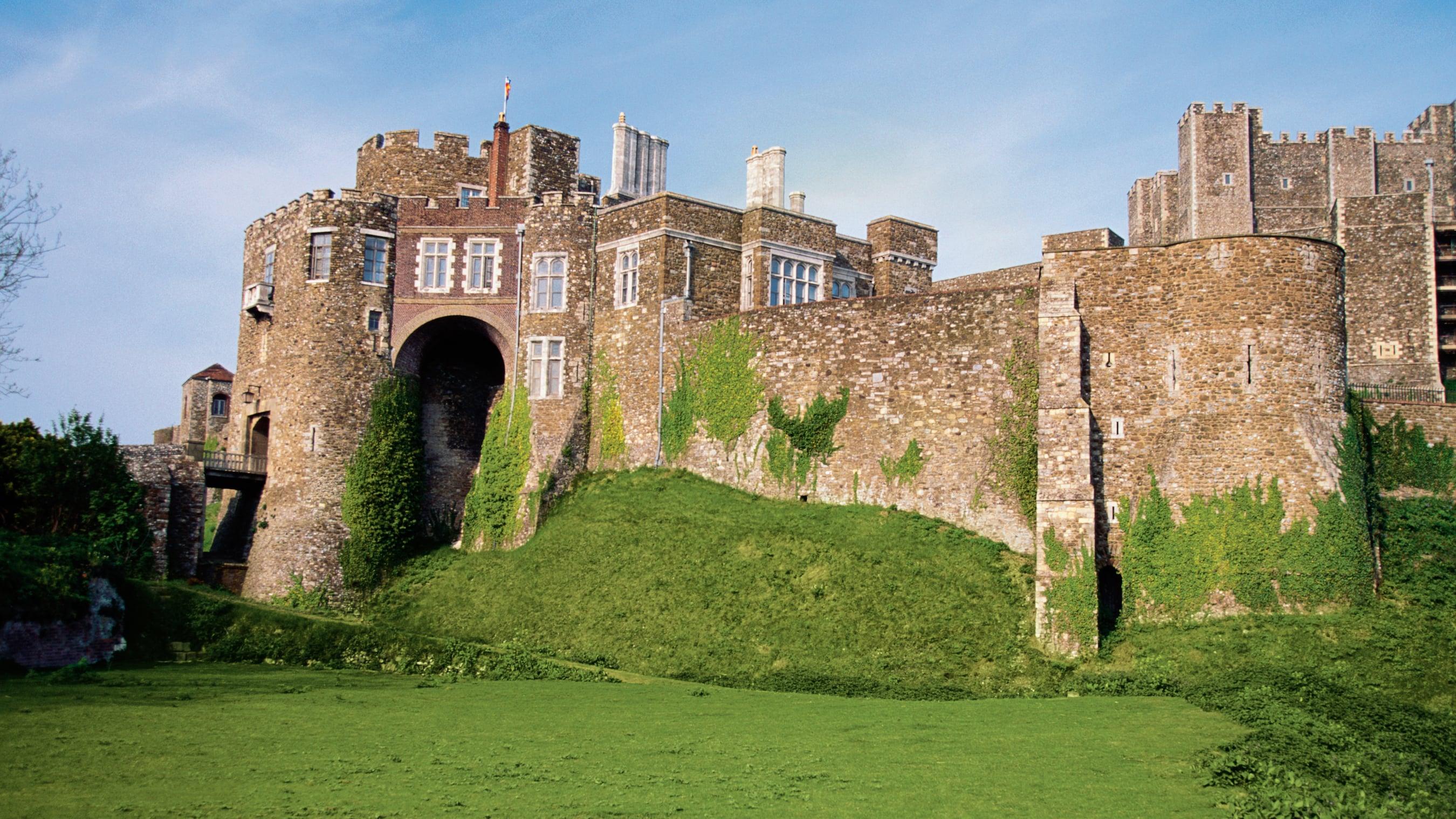 Un viejo castillo con parches de pasto y musgo creciendo sobre sus paredes en Dover, Inglaterra