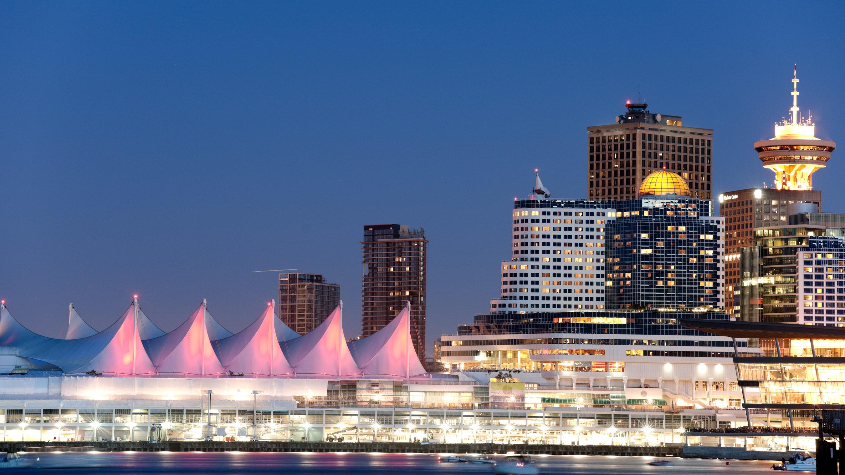 Una vista de noche del centro de convenciones a la orilla del mar en Vancouver, Canadá
