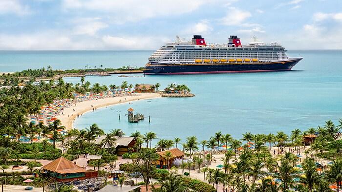 Um navio da Disney Cruise Line atracado na costa sinuosa da Castaway Cay.