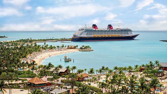 Un barco de Disney Cruise Line anclado en la curvilínea orilla de Castaway Cay