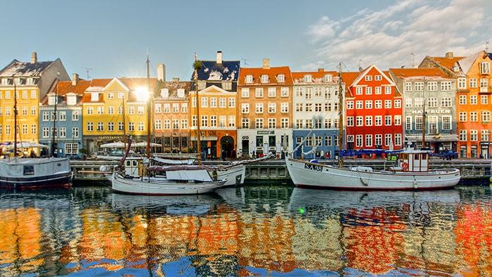 Una colorida fila de casas del siglo XVII y principios del XVIII a la orilla del mar en Copenhague, Dinamarca
