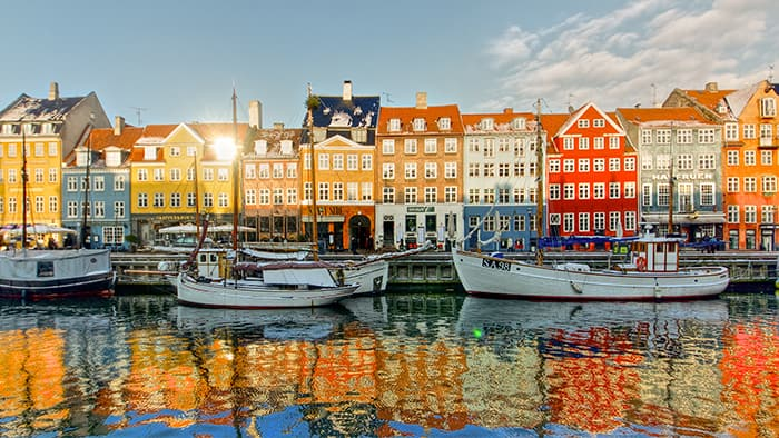 Uma fileira de coloridas residências dos séculos 17 e começo do 18 na orla de Copenhague, na Dinamarca.