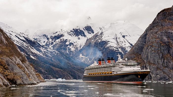 Um navio da Disney Cruise Line navega por águas congeladas no Alasca
