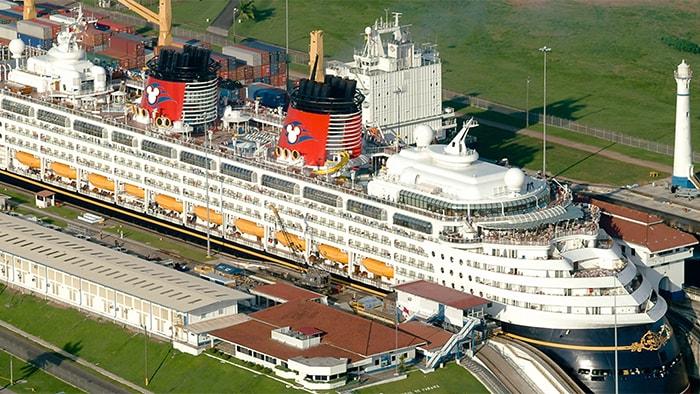 El crucero Disney Magic usa las esclusas del Canal de Panamá, que son cierres que ayudan a los barcos a pasar a través de diversas elevaciones