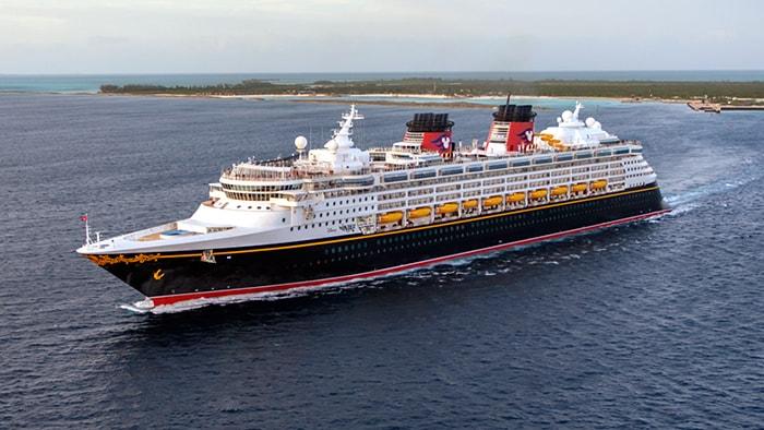 El crucero de Disney Dream, un barco con múltiples cubiertas y una proa afilada, en mar abierto