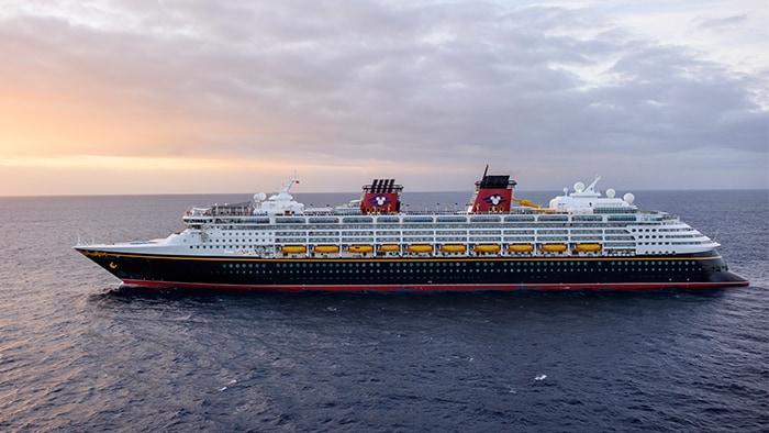 O Disney Magic, um navio com vários andares de altura, em alto-mar.