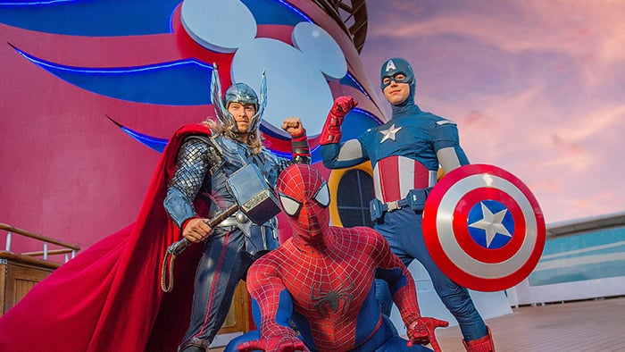 Thor, Homem-Aranha e Capitão América fazem poses heroicas com o logotipo da Disney Cruise Line atrás.