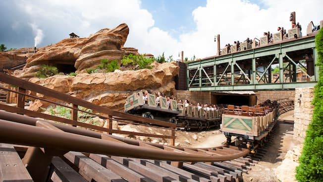 Big grizzly mountain runaway mine cars hong kong for Dining at at t park