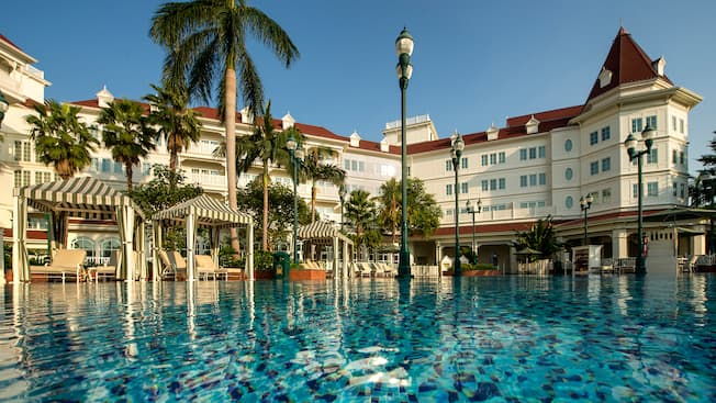 """hong kong disneyland hotel swimming pool""的图片搜索结果"