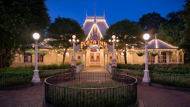 Plaza Inn Dining Hong Kong Disneyland Resort : hkdl dine plaza inn hero 01 from www.hongkongdisneyland.com size 652 x 367 jpeg 97kB